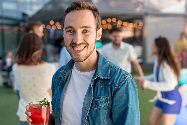 Retrato, de, um, homem sorridente, em, um, partido Foto gratuita