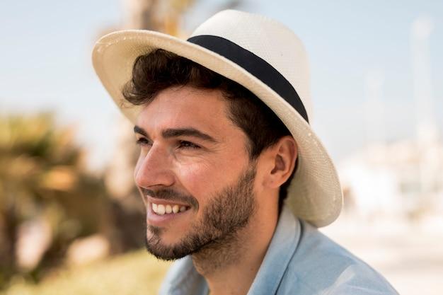 Retrato, de, um, homem sorridente Foto gratuita