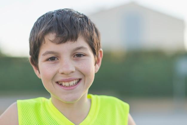 Retrato, de, um, jovem, adolescente, desgastar, um, basquetebol amarelo, sleeveless, sorrindo Foto Premium
