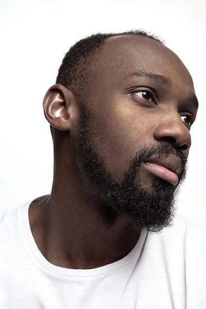 Retrato de um jovem africano sério no estúdio. Foto gratuita
