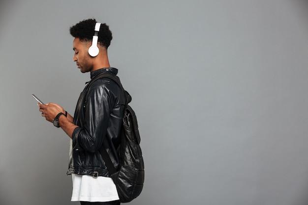 Retrato de um jovem afro-americano em fones de ouvido Foto gratuita