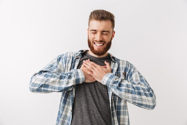 Retrato de um jovem barbudo satisfeito em pé Foto Premium