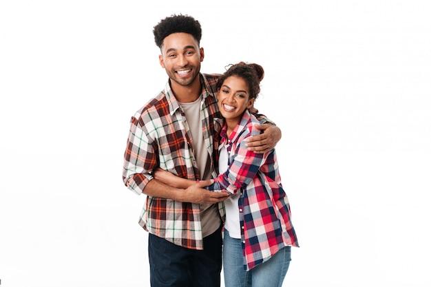 Retrato de um jovem casal africano feliz abraçando Foto gratuita