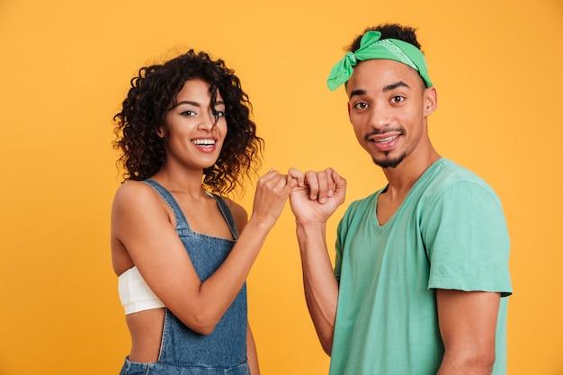 Retrato de um jovem casal africano feliz Foto Premium