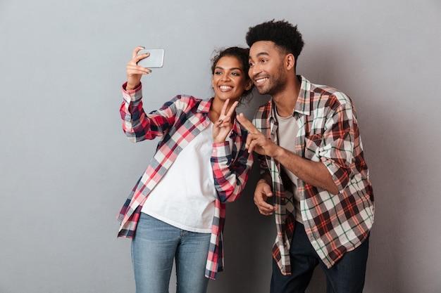 Retrato de um jovem casal africano feliz Foto gratuita