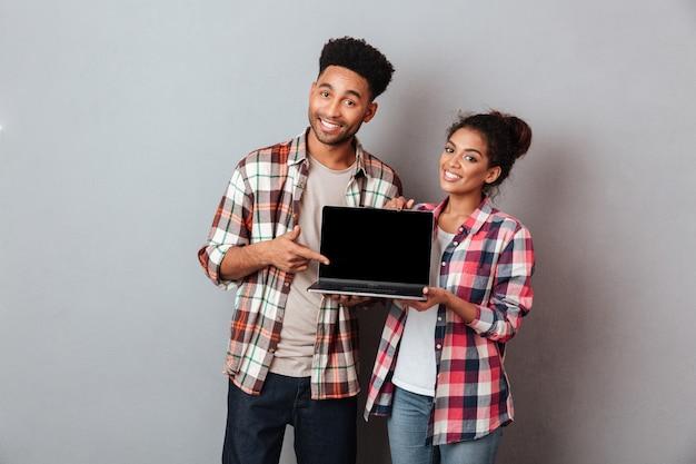 Retrato de um jovem casal africano sorridente Foto gratuita