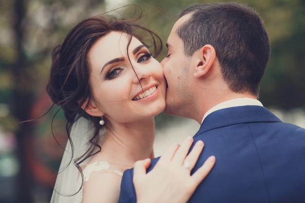 Retrato de um jovem casal no dia do casamento Foto Premium