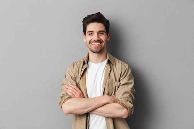 Retrato de um jovem casual feliz em pé Foto Premium