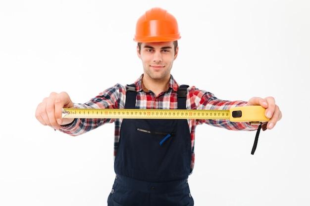 Retrato de um jovem construtor masculino confiante Foto gratuita