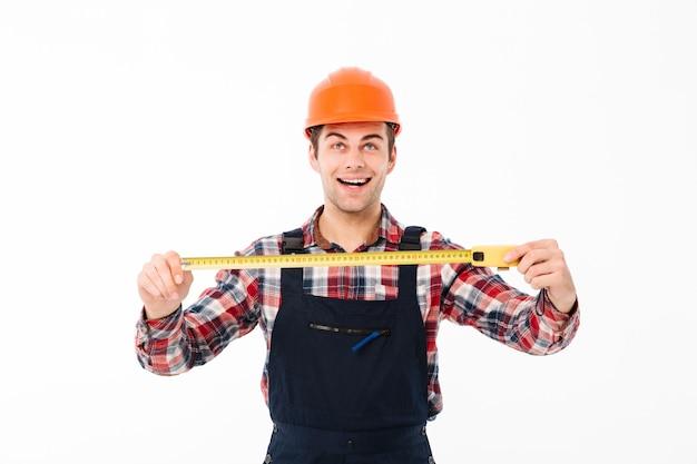 Retrato de um jovem construtor masculino feliz Foto gratuita