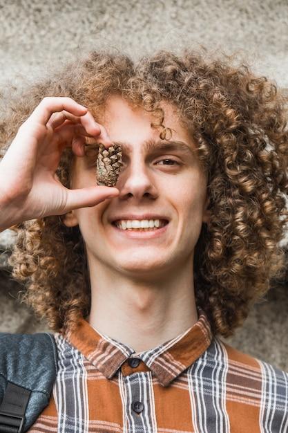 Retrato de um jovem de cabelos cacheados em um parque de verão Foto Premium
