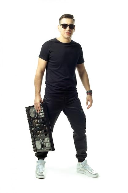 Retrato de um jovem dj isolado no fundo branco Foto Premium