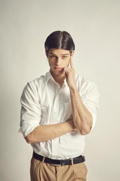 Retrato de um jovem empresário bonitão Foto gratuita