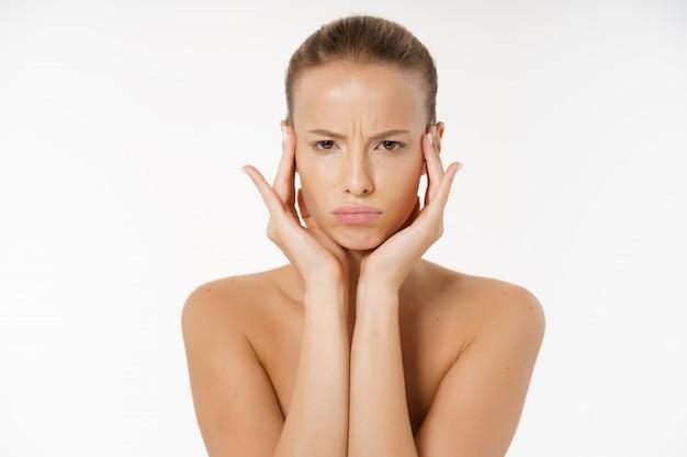 Retrato, de, um, jovem, entediado, mulher, sem, maquiagem, isolado, sobre, fundo branco Foto Premium