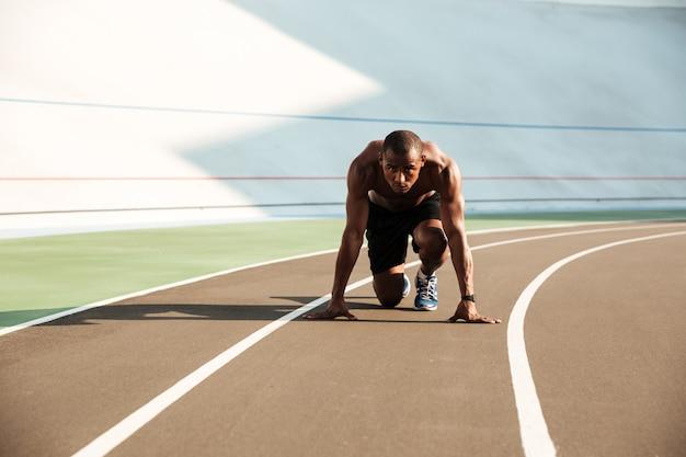 Retrato de um jovem esportista afro-americana concentrada Foto gratuita