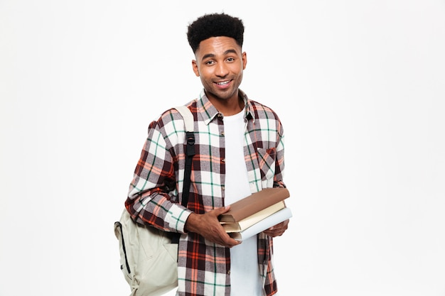Retrato de um jovem estudante do sexo masculino africano feliz Foto gratuita