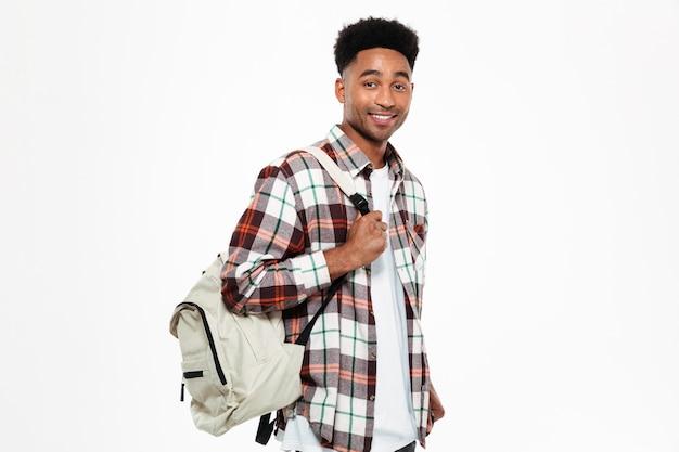 Retrato de um jovem estudante do sexo masculino africano sorridente Foto gratuita