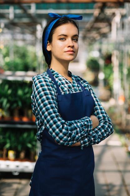 Retrato, de, um, jovem, femininas, jardineiro Foto gratuita