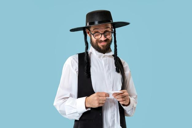 Retrato de um jovem judeu ortodoxo com bilhete de aposta em Foto gratuita
