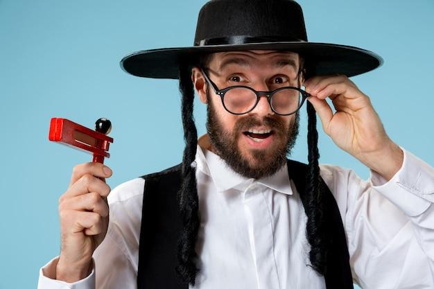 Retrato de um jovem judeu ortodoxo hasdim com Foto gratuita