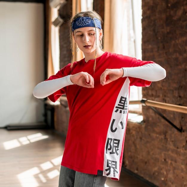 Retrato, de, um, jovem, loiro, mulher pratica no estúdio dança Foto gratuita
