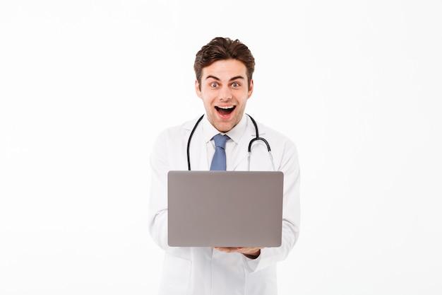 Retrato de um jovem médico masculino alegre Foto gratuita