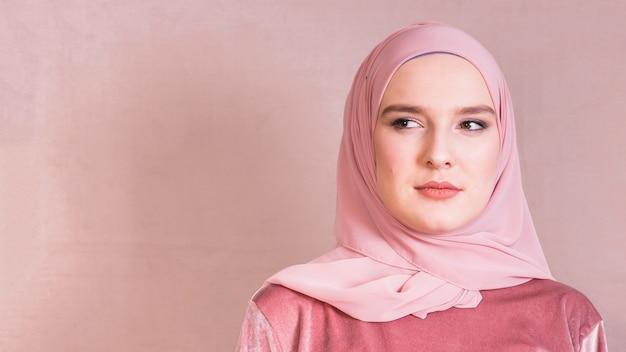 Retrato, de, um, jovem, muçulmano, mulher olha, afastado Foto gratuita