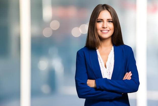 Retrato, de, um, jovem, mulher sorridente Foto Premium