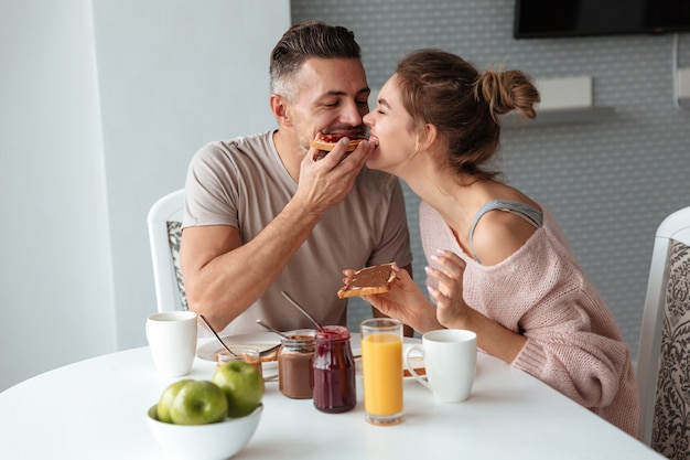 Retrato de um lindo casal apaixonado Foto gratuita