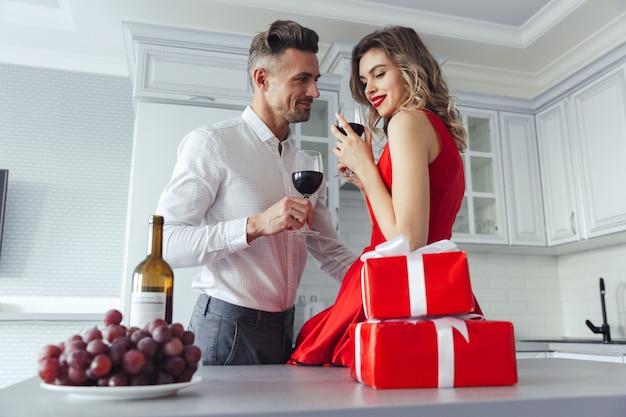 Retrato de um lindo casal vestido romântico inteligente Foto gratuita