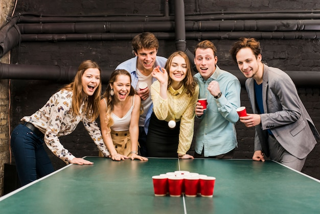 Retrato, de, um, macho fêmea, amigos, jogando cerveja, pong, ligado, tabela Foto gratuita