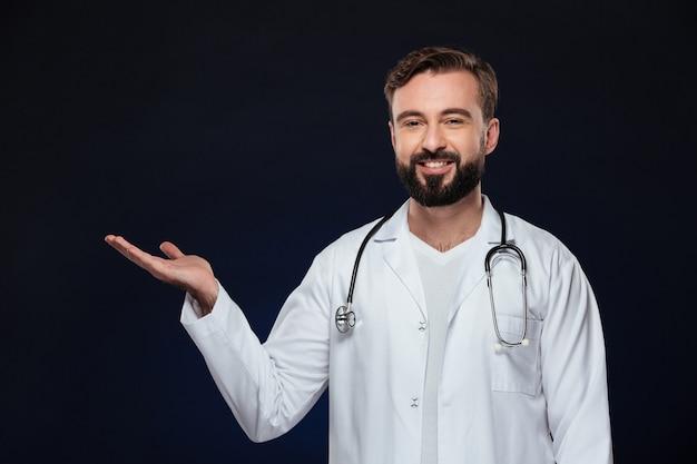 Retrato de um médico homem amigável Foto gratuita