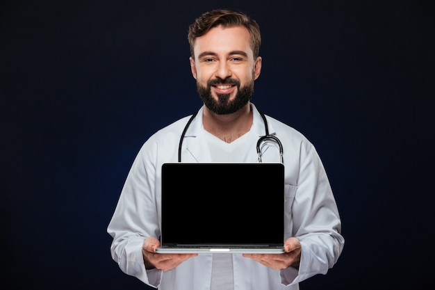 Retrato de um médico homem confiante, vestido de uniforme Foto gratuita