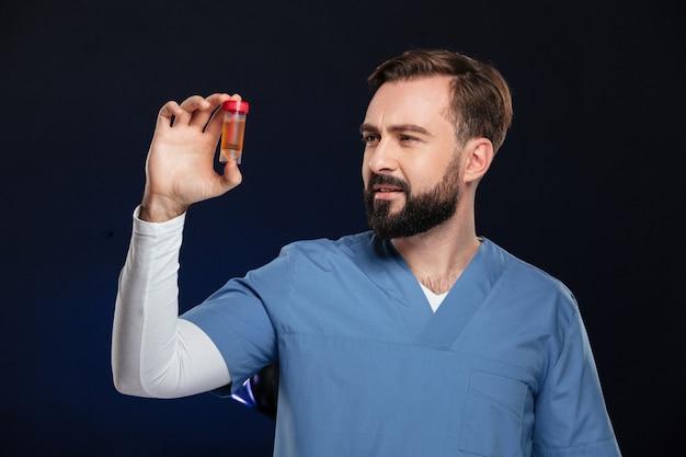 Retrato de um médico homem confuso, vestido de uniforme Foto gratuita