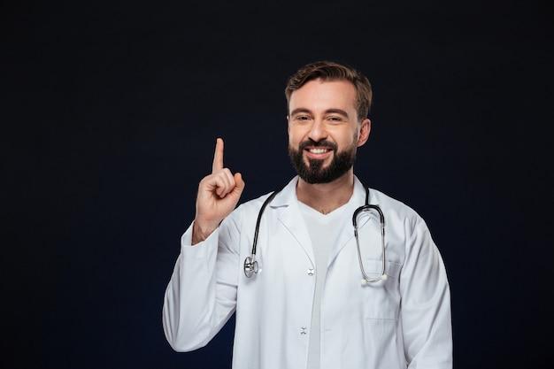 Retrato de um médico homem feliz Foto gratuita
