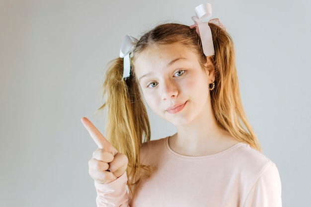 Retrato, de, um, menina apontando, cima Foto gratuita