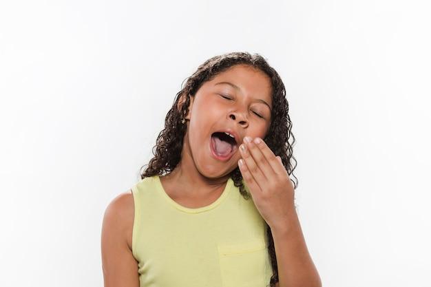 Retrato, de, um, menina, bocejar, branco, fundo Foto gratuita
