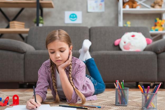Retrato, de, um, menina, desenho, com, lápis colorido, ligado, papel Foto gratuita
