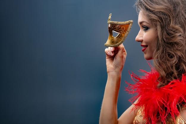 Retrato, de, um, menina, em, perfil, com, um, vermelho, boa, ao redor, dela, pescoço Foto Premium