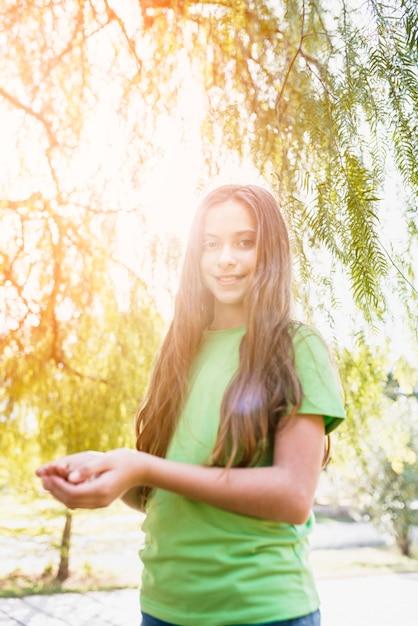 Retrato, de, um, menina feliz, ficar, sob, a, árvore, em, luz solar Foto gratuita