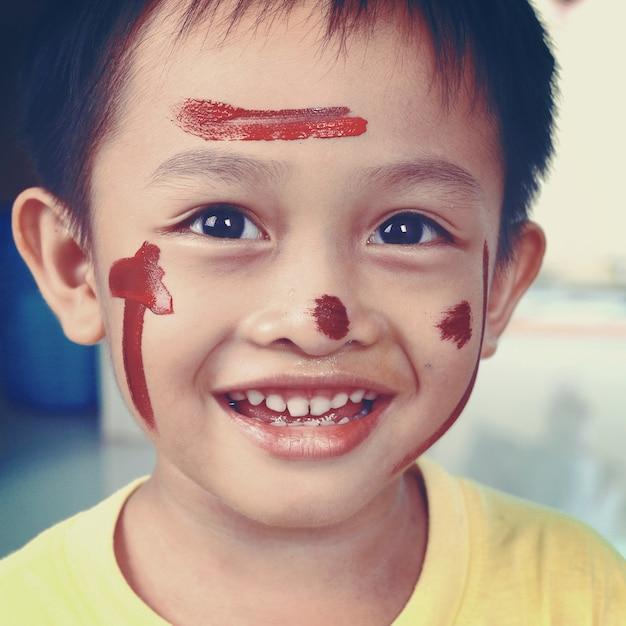 Retrato de um menino apreciando sua pintura. educação Foto Premium