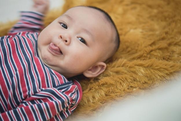 Retrato, de, um, menino asian, sorrindo Foto Premium