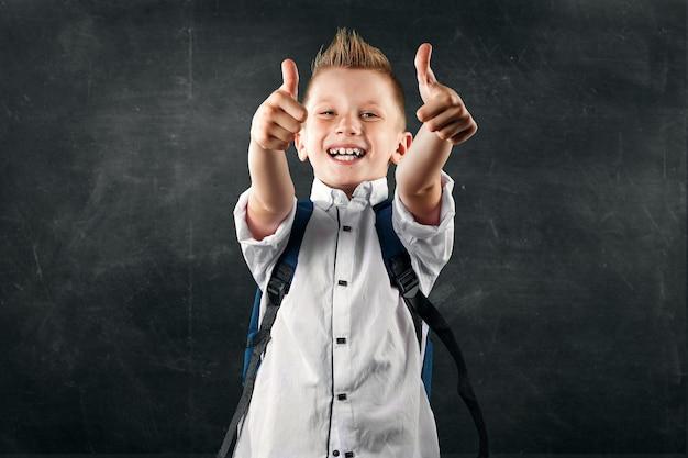 Retrato, de, um, menino, de, um, escola elementar, ligado, um, fundo, de, um, conselho escolar Foto Premium