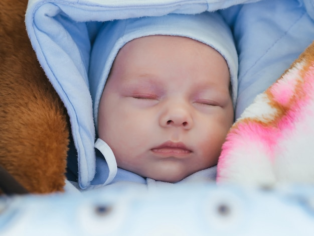 Retrato de um menino recém-nascido bonito dormindo Foto Premium