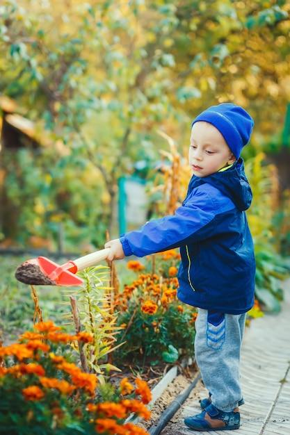 Retrato, de, um, menino, trabalhando, jardim Foto Premium