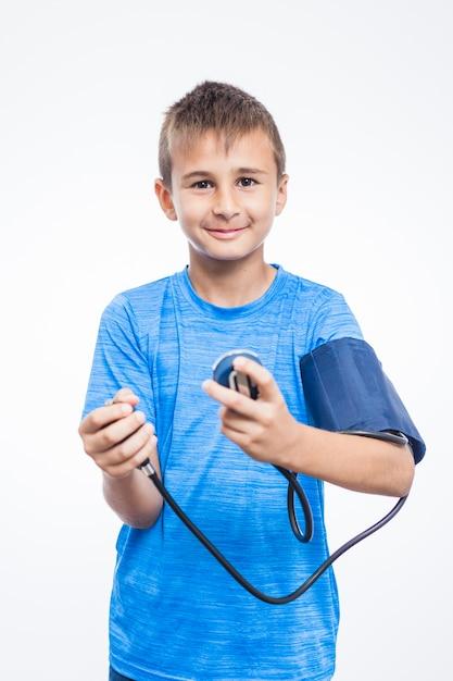 Retrato, de, um, menino, verificar, seu, pressão sangue Foto gratuita