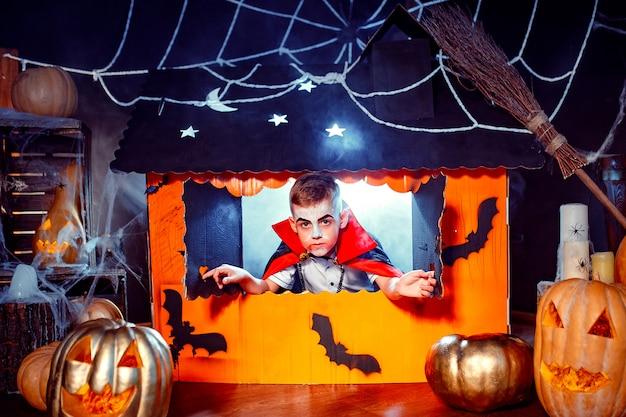 Retrato de um menino vestido com uma fantasia de um vampiro Foto Premium