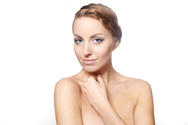 Retrato de um modelo feminino bonito isolado no estilo de cabelo encaracolado maquiagem brilhante fundo branco Foto gratuita