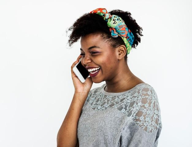 Retrato, de, um, mulher africana, telefone Foto Premium