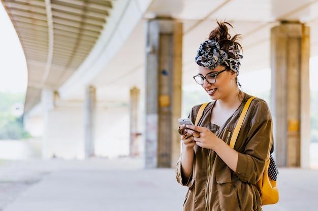 Retrato, de, um, mulher bonita, digitando, ligado, a, esperto, telefone Foto Premium